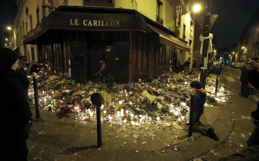 People+pray+outside+Le+Carillon+restaurant%2C+one+of+the+attack+sites+in+Paris%2C+November+15%2C+2015.+REUTERS%2FJacky+Naegelen