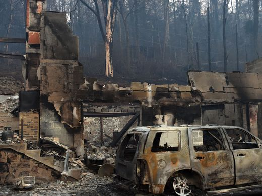 Tennessee Fire Displaces Hundreds